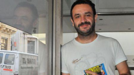 Luciano Mete presenta la segunda edición de su libro Razzmatazz, realizada en México.