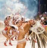 La quinta noche de carnaval volvió a convocar a los vecinos y turistas.